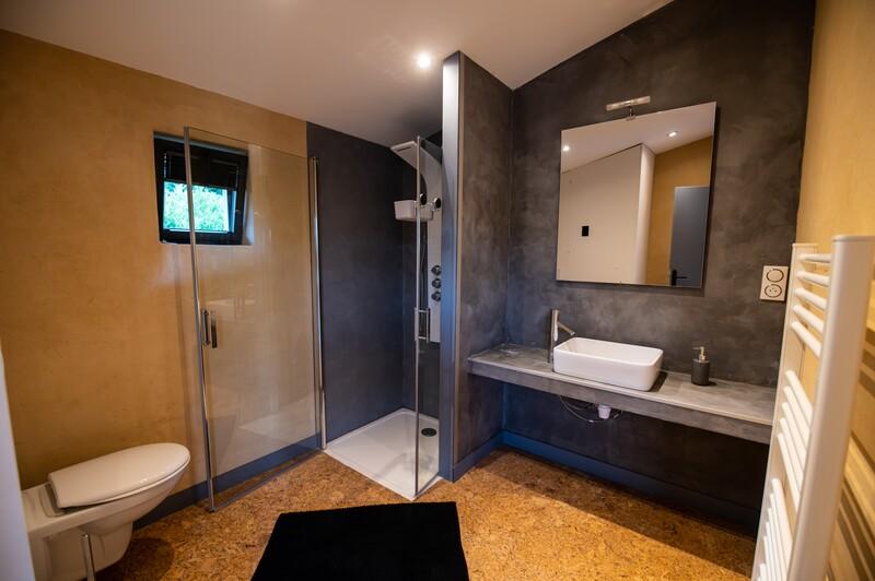 Formation-enduits-a-la-chaux-beton-cire-tadelakt-stucco-venitien-a-Nice-Stucco-Perfection-realisation 2 gites beton cire et l'argile avec ecobati a-Marcoux